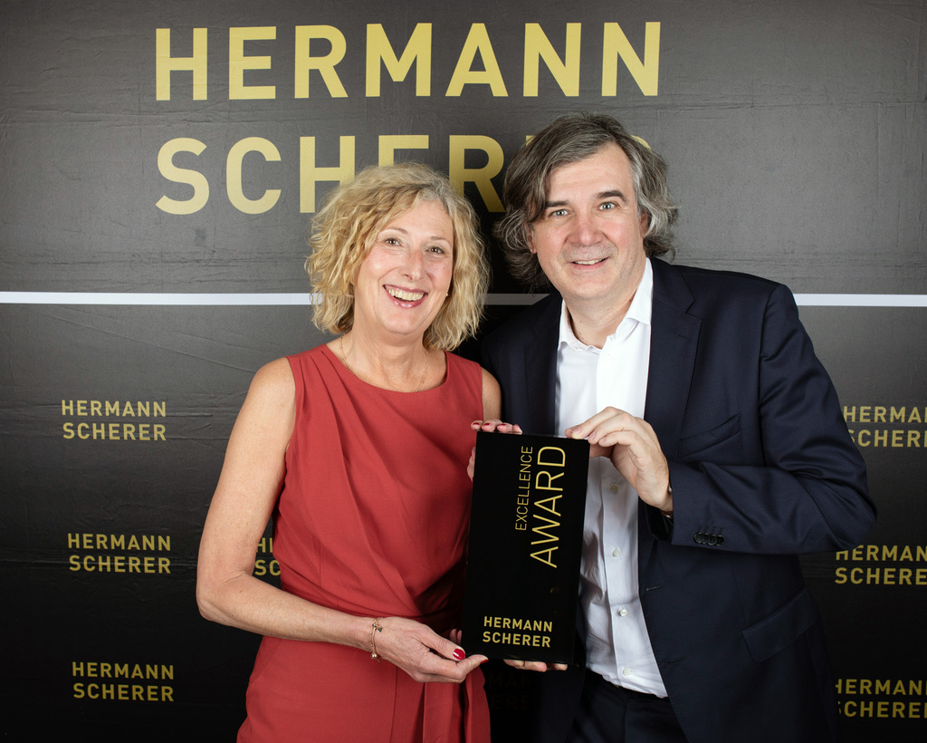 Hermann Scherer verleiht Excellence Award an Corinna Kegel