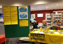 Informationsstand von Amnesty International in der Bücherhalle Harburg